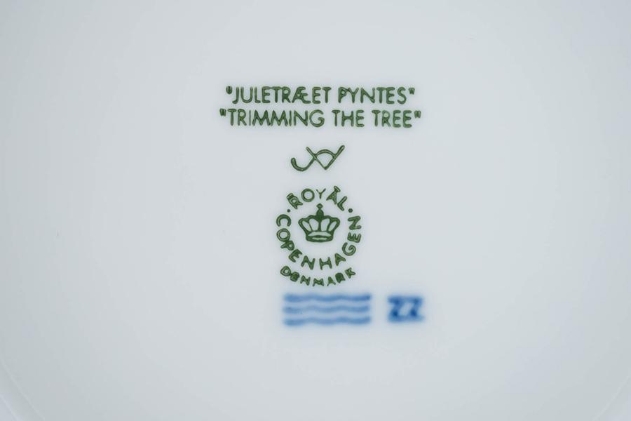ロイヤル・コペンハーゲン イヤープレート(2000年)『Trimming the Tree(ツリーの飾りつけ)』